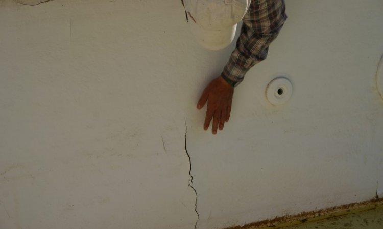 Dégâts de fissure sur un revêtement polyester Draguignan