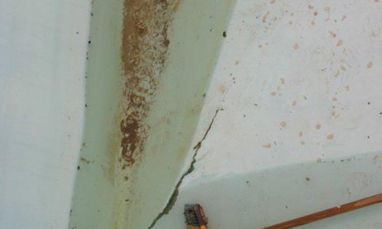 Dégâts de fond déformé et/ou déchiré sur une coque polyester Draguignan